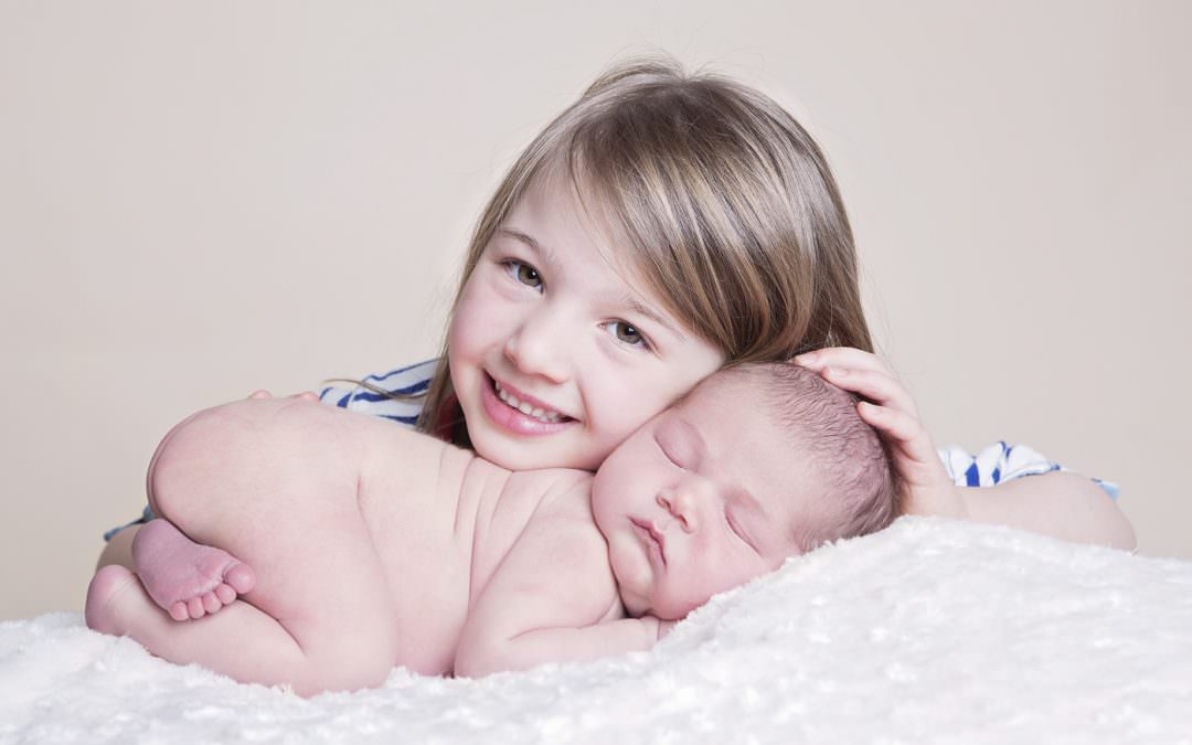 Newborn photos – getting the best from older siblings